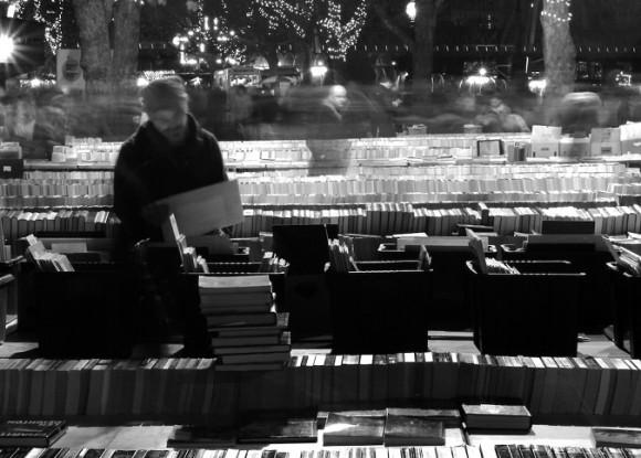 本モノクロ写真 本屋で立ち読み 676×484